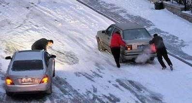 雨雪天行车需注意,出事故踩死刹车不松开