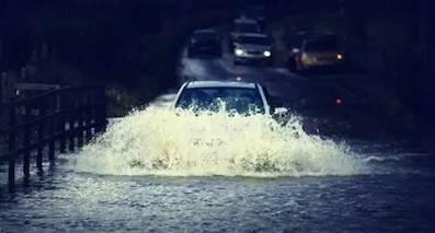 雨季来临,雨中行车一定要注意这些救命的技巧