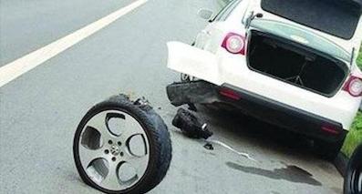 高速公路上车辆突然爆胎该怎么办?