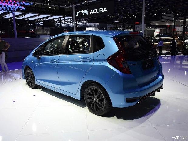 在侧面,新车使用了亮黑色的轮圈造型,整体样式也更加的运动。在尾部造型方面,新车后保险杠的样式有较大的改变,两侧的仿散热口造型更加扁平化。潮跑+版车型的后保险杠则与前保险杠相呼应,样式更加运动。