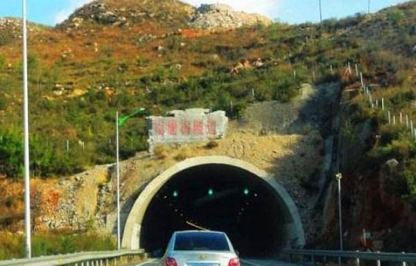 进高速隧道 很多老司机都靠左侧行驶?