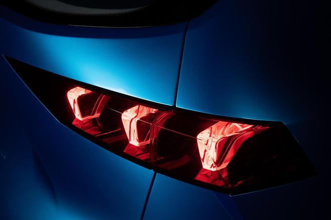 尾灯采用时下流行的LED光源,两侧灯组间还创新性地增添点状光源,与前脸相互呼应。
