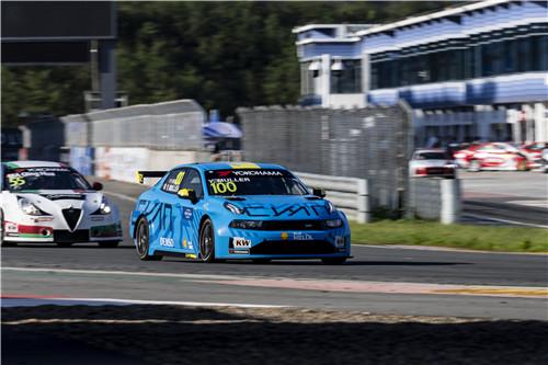 领克车队车手伊万·穆勒驾驶100号赛车夺得WTCR中国宁波站冠军