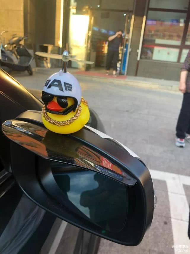 """车上装""""小黄鸭""""涉嫌违法 有城市已有多人受罚"""